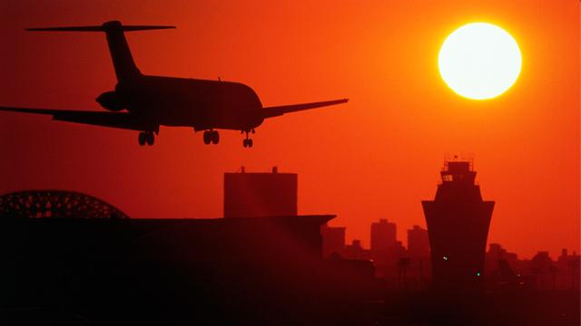 PHOTO: Airliner landing