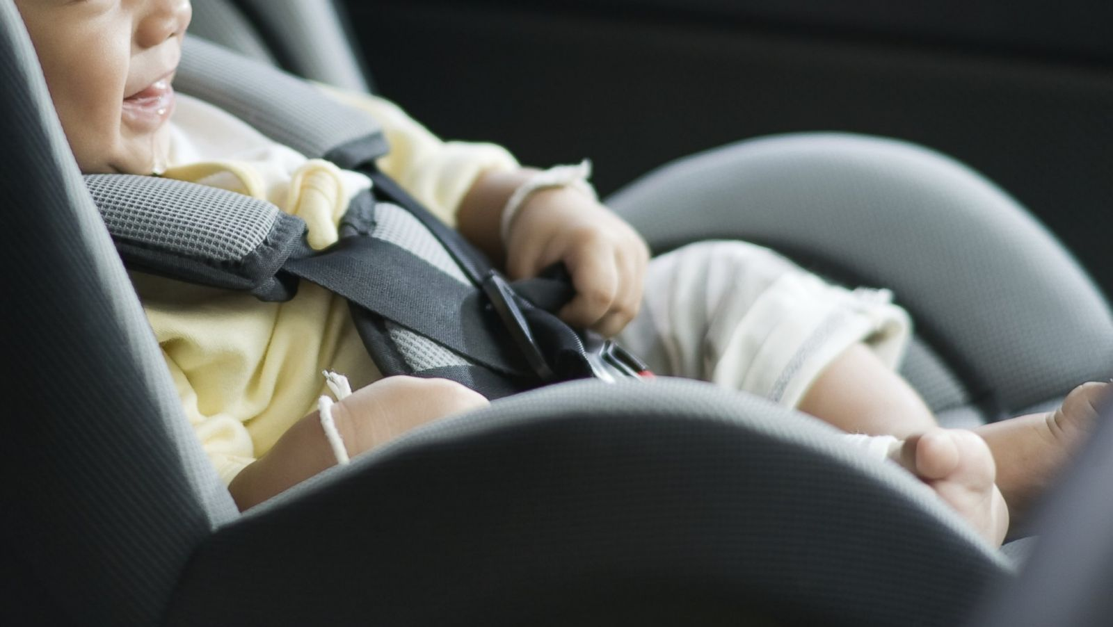 Mother left the baby alone in the car along with a note that became viral