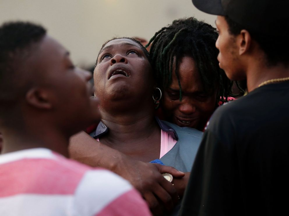 PHOTO: Sheila Jones looks to the sky during a vigil for her daughter who was killed as she walked through her apartment complex July 27, 2016 in Chicago, Illinois.