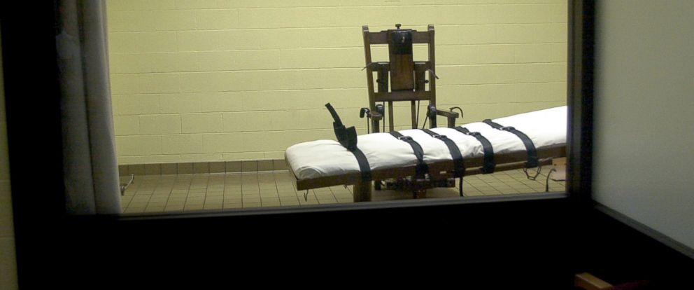 PHOTO: A view of the death chamber from the witness room at the Southern Ohio Correctional Facility shows an electric chair and gurney in this August 29, 2001 file photo.