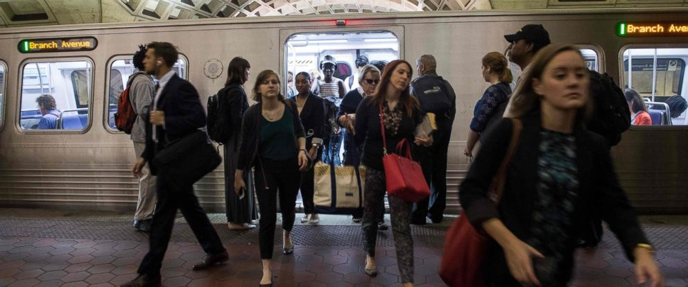 PHOTO: Commuters get off a Metro train as others wait to go aboard at the LEnfant Plaza station in Washington, D.C., May 24, 2016.