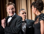 PHOTO: Comedian Conan OBrien (L) smiles as US President Barack Obama (C) and US first lady Michelle Obama arrive for the White House Correspondents? Association Dinner April 27, 2013 in Washington, DC.