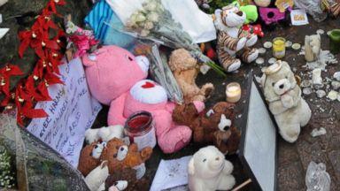 PHOTO: Sandy Hook Elementary School mourners