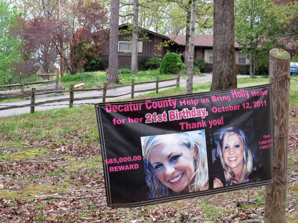 PHOTO: A poster with pictures of missing Tennessee nursing student Holly Bobo hangs on a fence in front of her house, April 19, 2013, in Parsons, Tenn.
