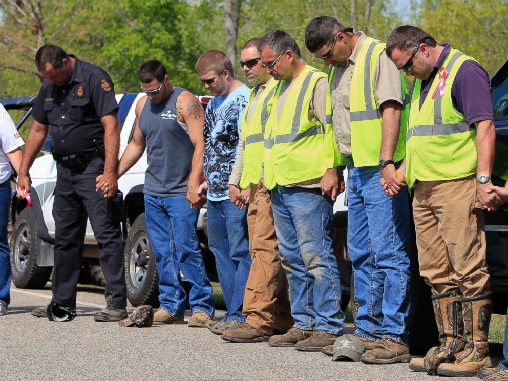 PHOTO: Rescue workers pray together, April 14, 2011, in Parsons, Tenn.