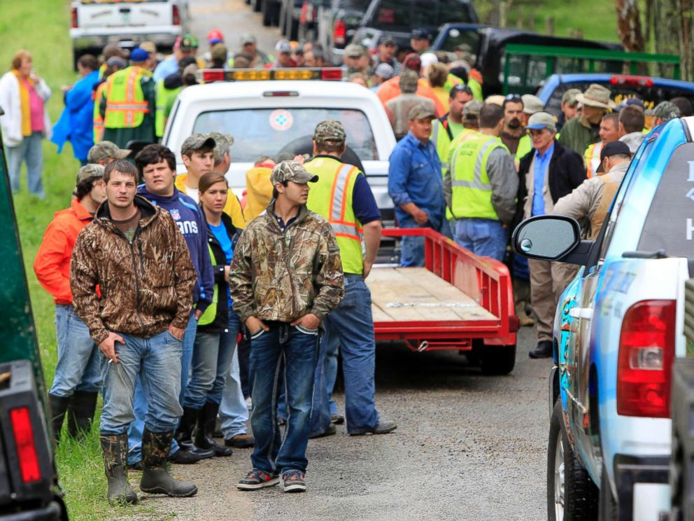 PHOTO: Volunteers unload from trucks and trailers to begin searching along rural roads for evidence in the disappearance of Holly Bobo, April 15, 2011, in Parsons, Tenn.