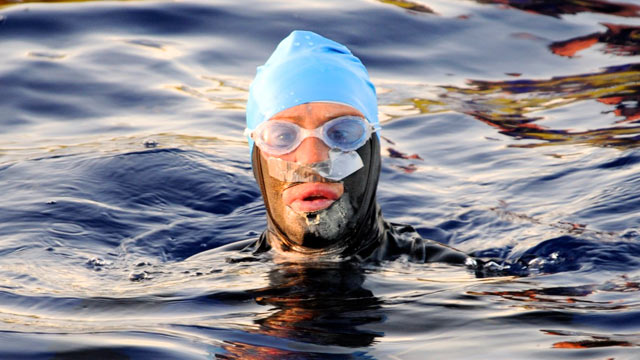 PHOTO: Diane Nyad stops while on her landmark swim on Aug. 20, 2012.