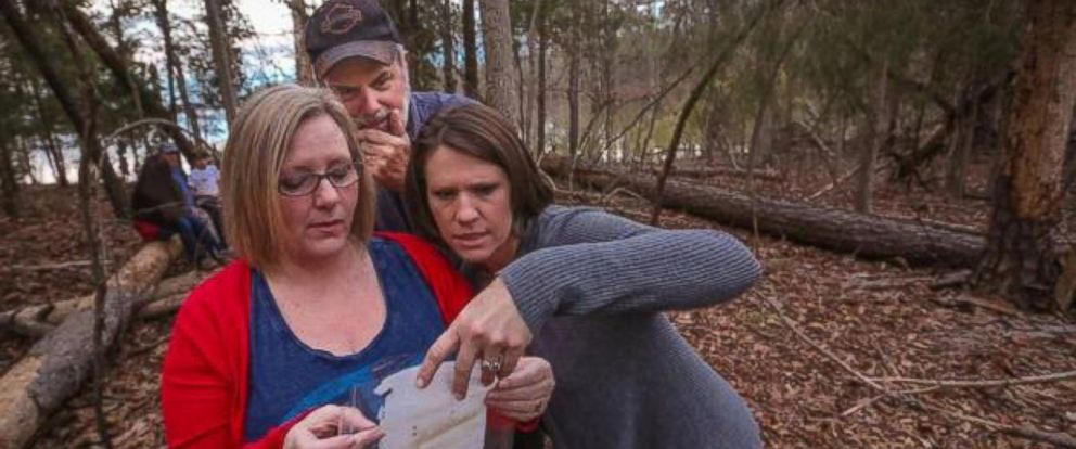 PHOTO: Diane Bryant, left, reads a note she put in a bottle 45 years ago to her then boyfriend, Mike Rogers, center, as Viki Garrick watches. Garrick's son, Nolan, Rogers' grandson, found it.