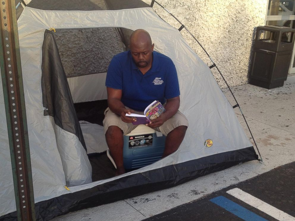 PHOTO: Kevin Sutton is camping out at Best Buy in Orlando, Fla., in order to raise awareness about homelessness and collect donations of canned goods for a food pantry.