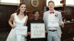 PHOTO: A couple that met on jury duty later married in the same courtroom and by the same judge.