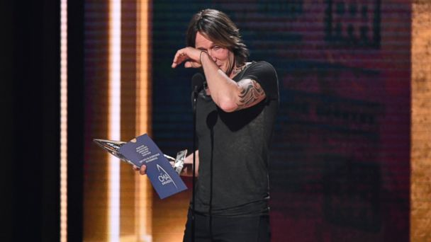 Keith Urban takes top honor, Carrie Underwood big winner at CMA Awards