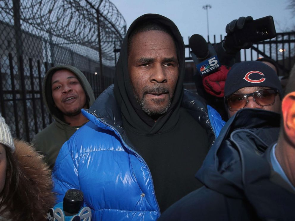 PHOTO: R. Kelly leaves the Cook County jail after posting bond, Feb. 25, 2019, in Chicago.