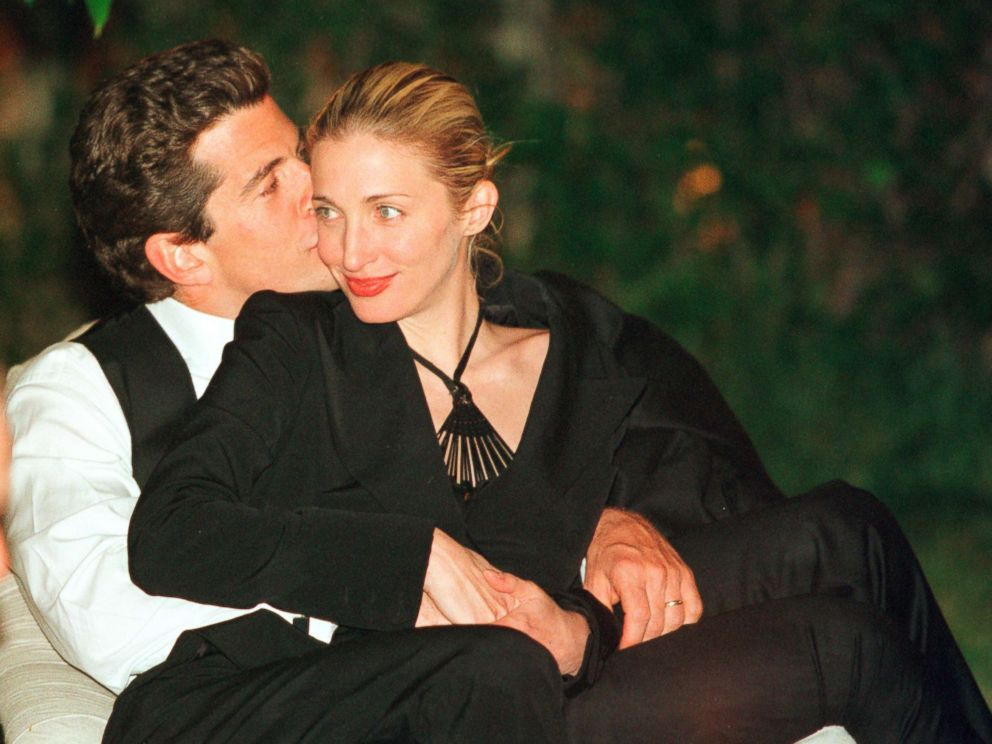 PHOTO: John F. Kennedy, Jr.gives his wife Carolyn a kiss on the cheek during the annual White House Correspondents dinner, May 1, 1999, in Washington, D.C.