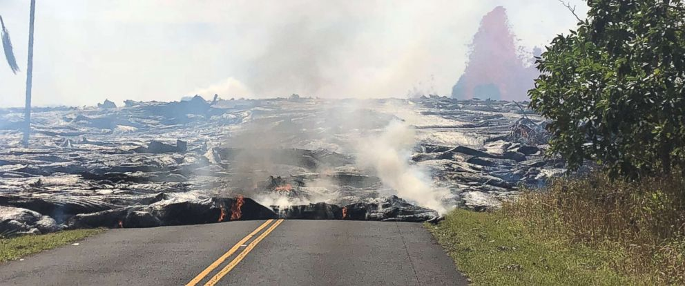 PHOTO: Pahoehoe lava advances west from fissure 7 on Leilani Avenue as a lava fountain is seen in the background at Kilauea Volcanos lower East Rift Zone in Hawaii, May 27, 2018.