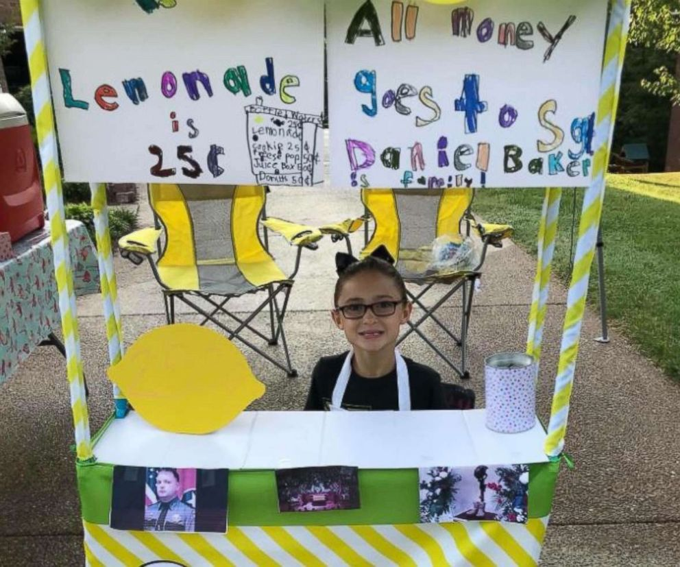 PHOTO: Caroline Freeman set up a lemonade stand Saturday to raise money for the wife and young daughter of Sgt. Daniel Baker, who was killed in the line of duty on May 30.  Girl's lemonade stand raises over $1,000 to benefit family of slain police officer lemonade stand 01 as ht 180610 hpEmbed 6x5 992