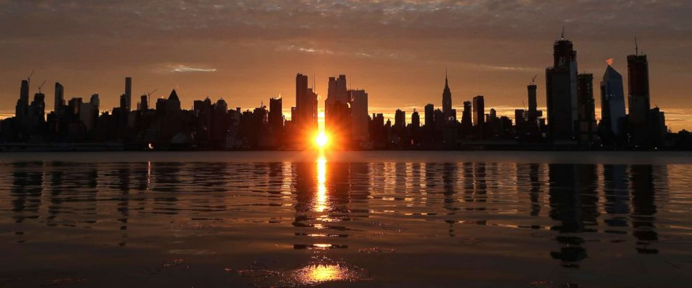 PHOTO: The sun appears along 42nd Street during a sunrise Manhattanhenge in New York City, Jan. 14, 2018, as seen from Weehawken, N.J.