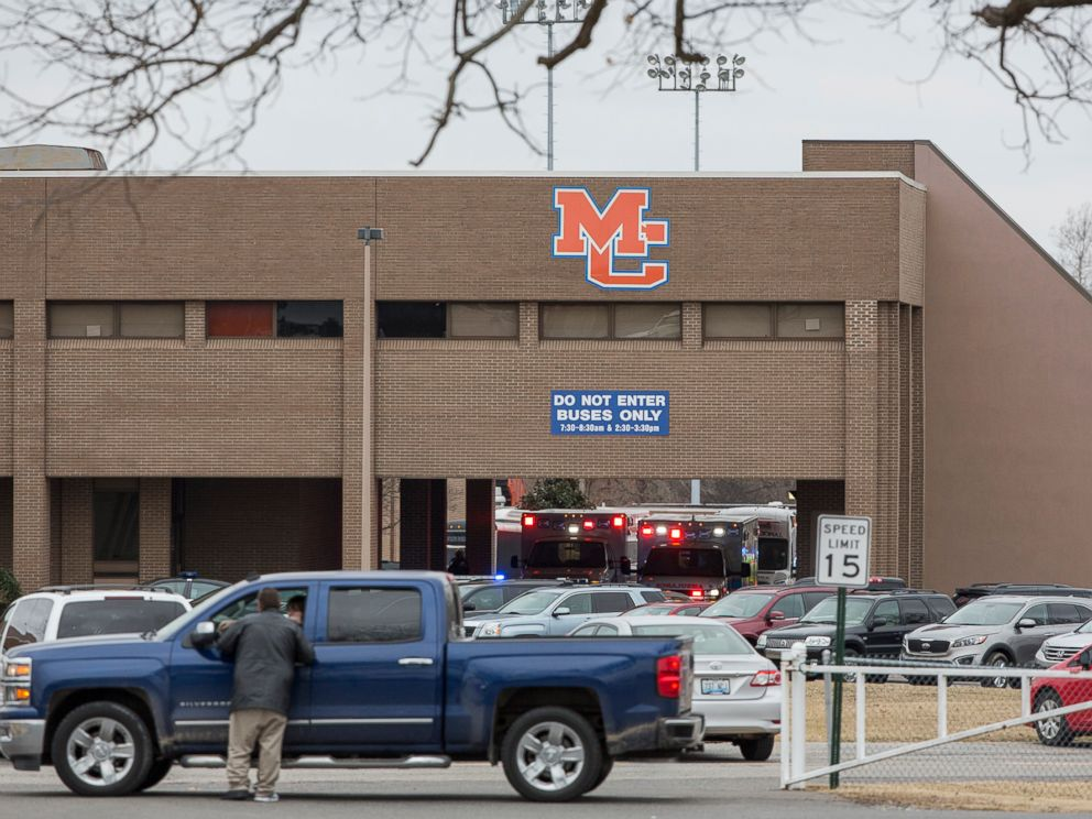 PHOTO: Emergency crews in Benton, Ky. respond to Marshall County High School after a fatal school shooting, Jan. 23, 2018.