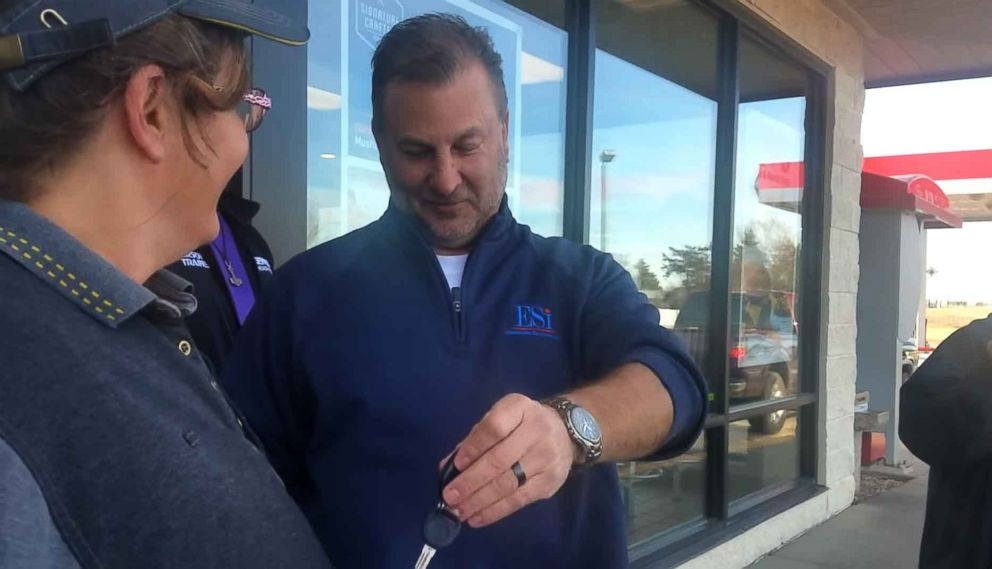 PHOTO: McDonalds customer Chris Ellis and his son Josh gave worker Vicki Anderson a car in South Hutchinson, Kansas, after they learned that hers needed repairs and she was short on cash.