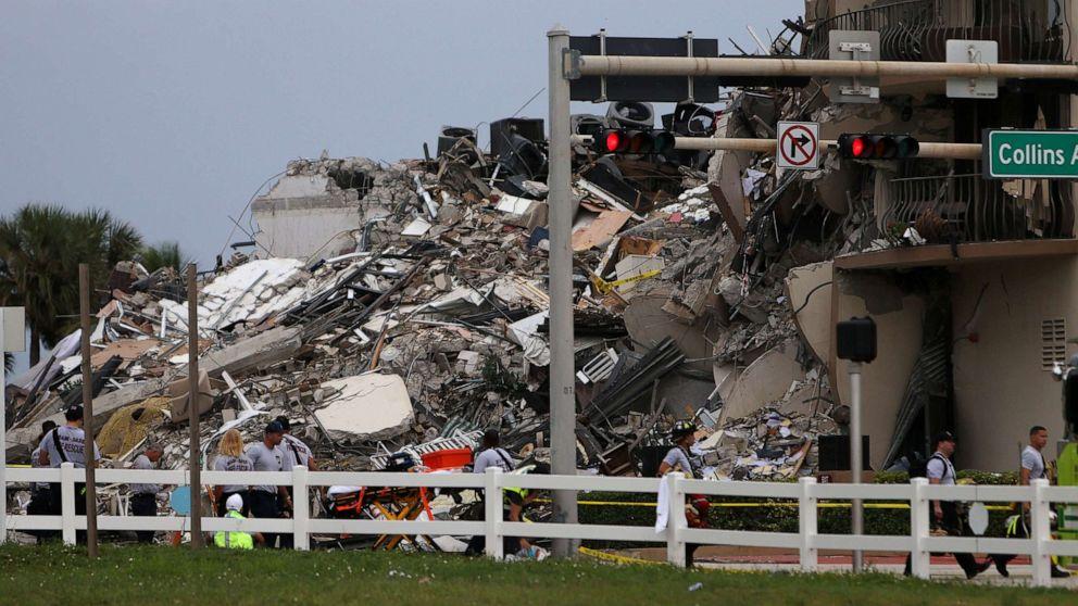 ẢNH: Đống đổ nát chất thành đống cao sau sự cố sập một phần của tòa nhà chung cư 12 tầng Champlain Towers South vào ngày 24 tháng 6 năm 2021, ở Surfside, Fla.