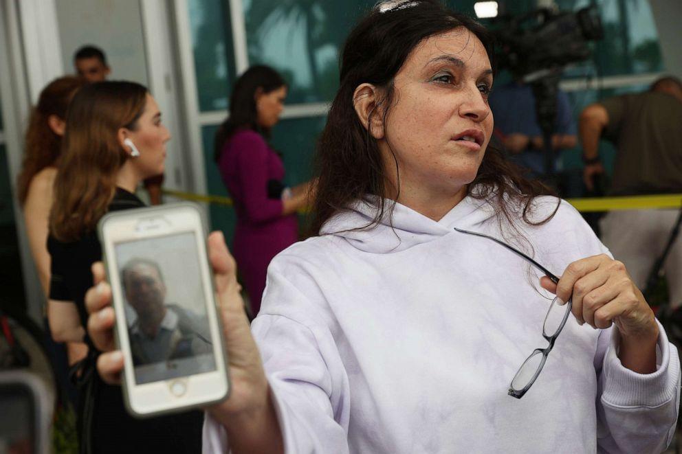 ẢNH: Soriya Cohen cho thấy một bức ảnh của chồng cô, Brad Cohen, người mà cô cho biết đã mất tích sau sự cố sập một phần của tòa tháp chung cư 12 tầng mà anh đang ở vào ngày 24 tháng 6 năm 2021, ở Surfside, Fla.