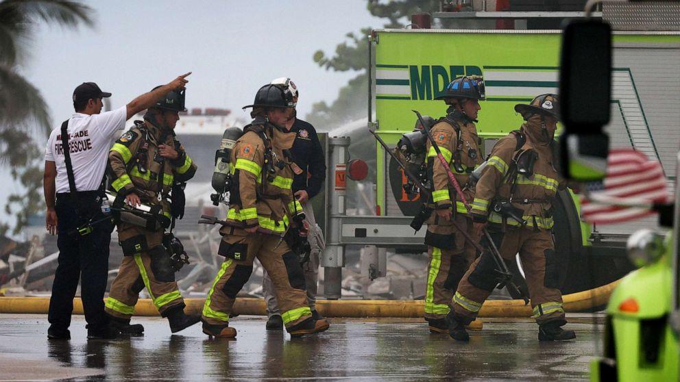 ẢNH: Nhân viên Cứu hỏa Miami-Dade tiếp tục các hoạt động tìm kiếm và cứu hộ trong tòa nhà 12 tầng Champlain Towers South bị sập một phần vào ngày 24 tháng 6 năm 2021, ở Surfside, Fla.