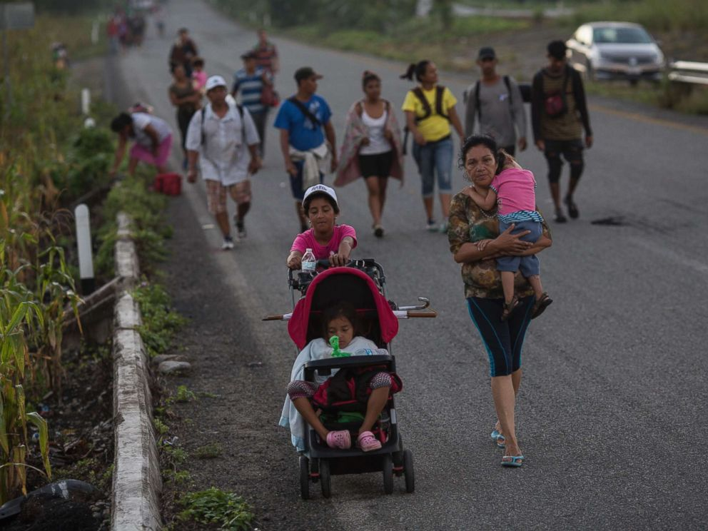PHOTO: Central American migrants traveling with a caravan to the U.S. make their way to Pijijiapan, Mexico, Oct. 25, 2018.