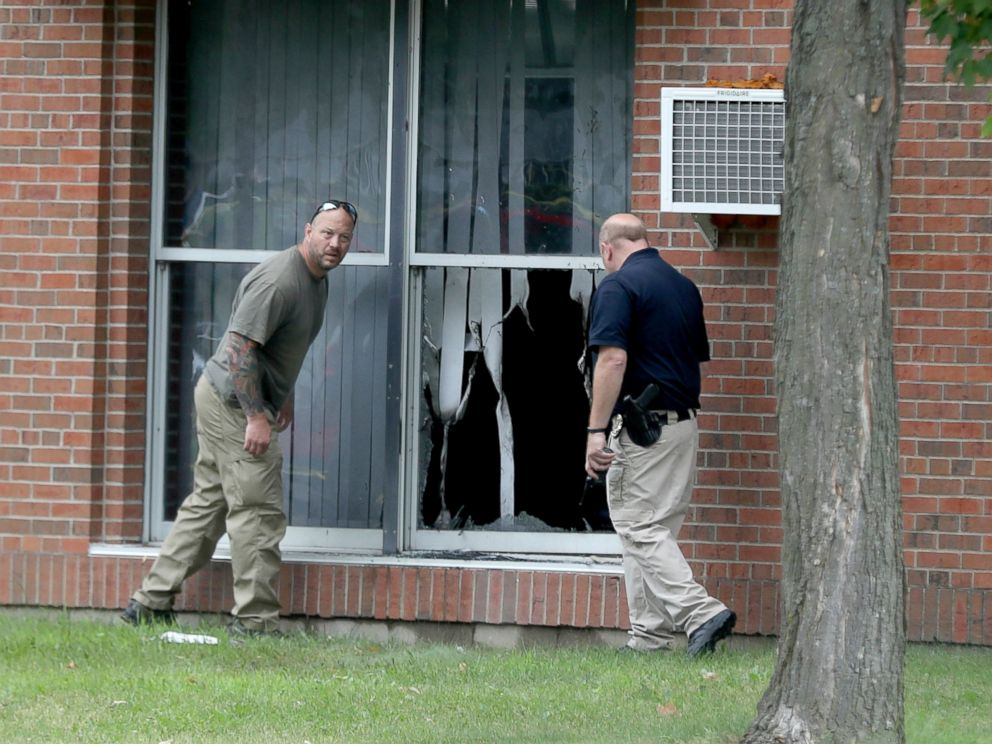 PHOTO: Law enforcement officials investigate an explosion at the Dar Al-Farooq Islamic Center in Bloomington, Minn., Aug. 5, 2017.