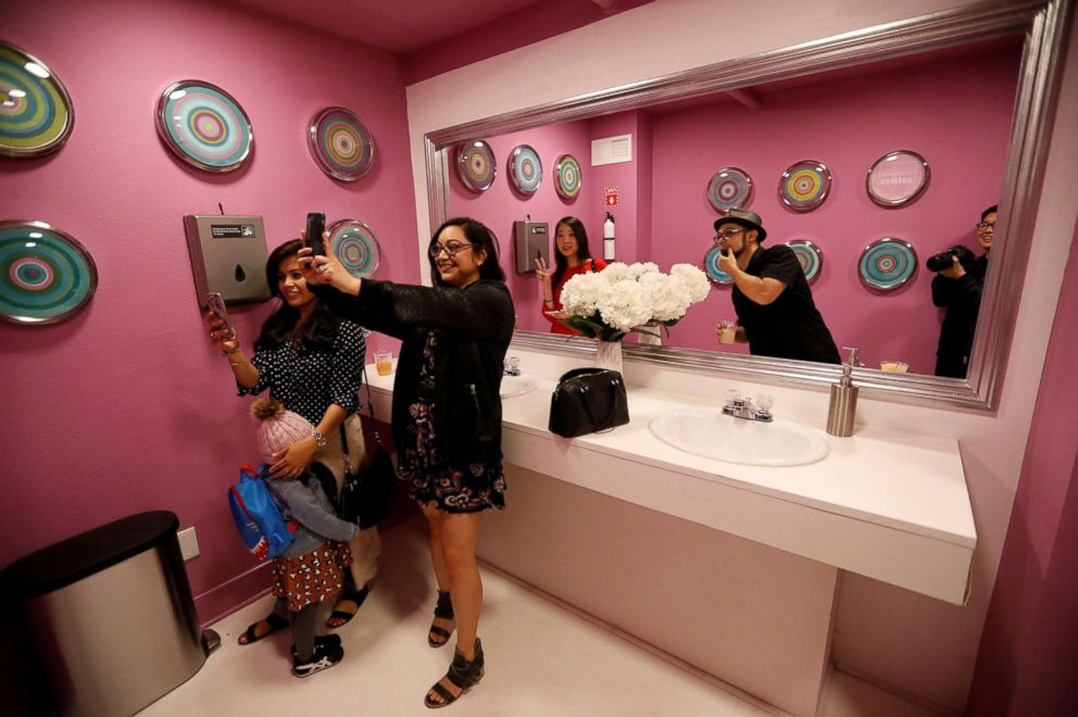 PHOTO: Guests take a selfie during a VIP media preview ahead of the opening of the Museum of Selfies in Glendale, Calif., March 29, 2018.