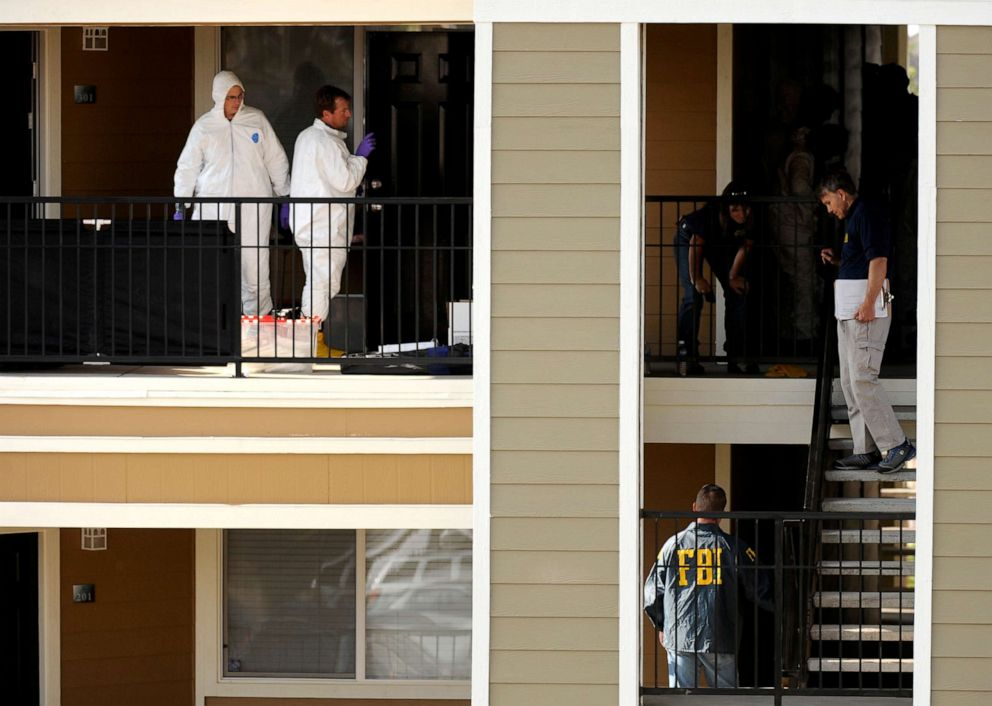 PHOTO: Federal agents are seen outside Najibullah Zazis door as they conduct a search of his apartment in Aurora, Colo., Sept. 16, 2009.