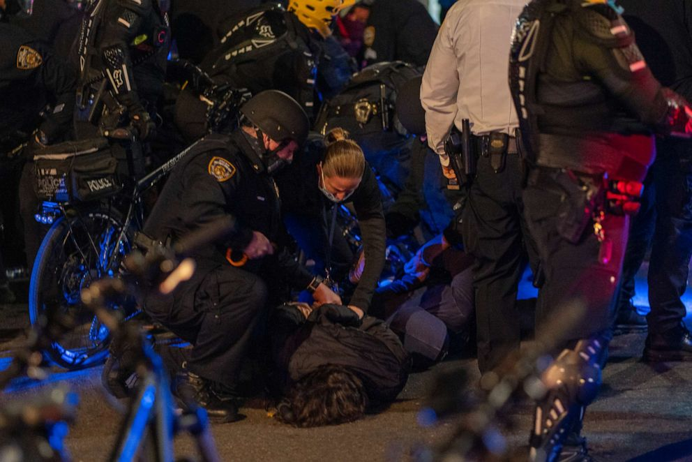 FOTOĞRAF: 4 Kasım 2020'de New York'ta cumhurbaşkanlığı seçimlerinin sonuçları belirsizliğini koruduğu için protestocular sokaklara çıkarken tutuklandı.