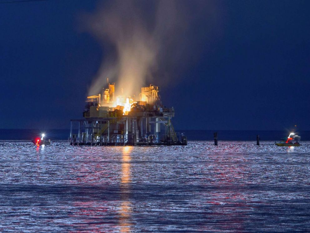 PHOTO: Jefferson Parish, La., authorities and others from other parishes respond to an oil rig explosion in Lake Pontchartrain off Kenner, La., Oct. 15, 2017.
