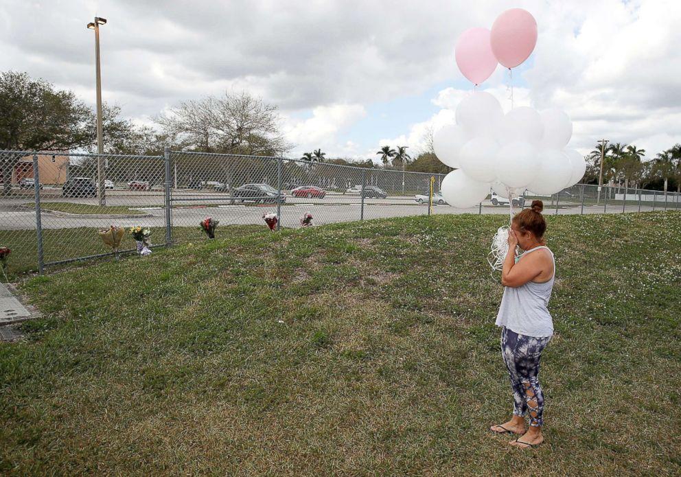 PHOTO: Glenis Rosario carries balloons to the Marjory Stoneman Douglas High School, Feb. 18, 2018 in Parkland, Fla.
