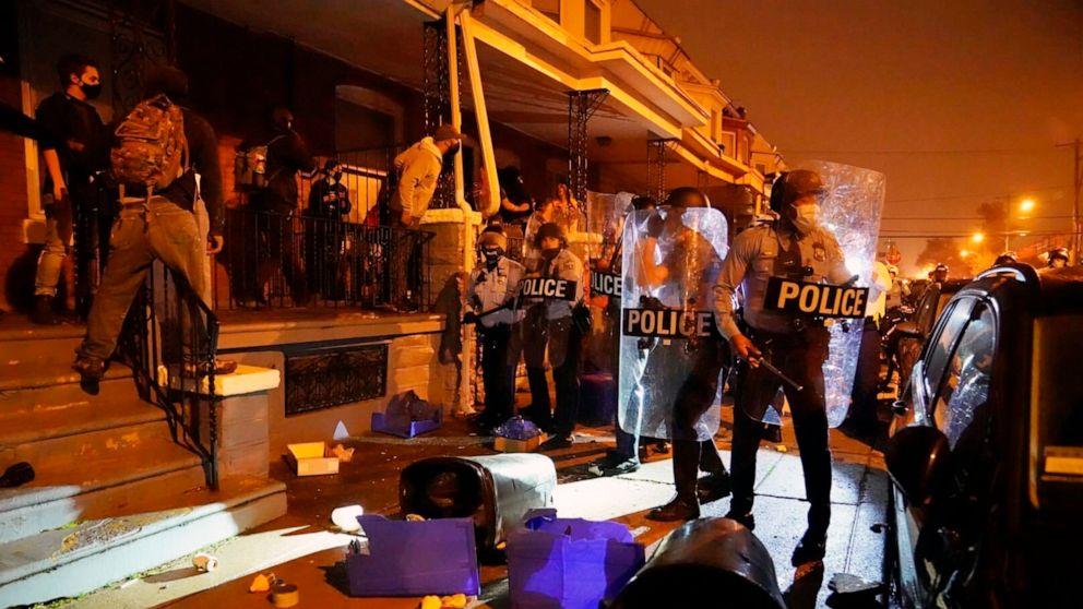 FOTO: Menschen versammeln sich aus Protest als Reaktion auf die Erschießung von Walter Wallace Jr. durch die Polizei am 26. Oktober 2020 in Philadelphia.