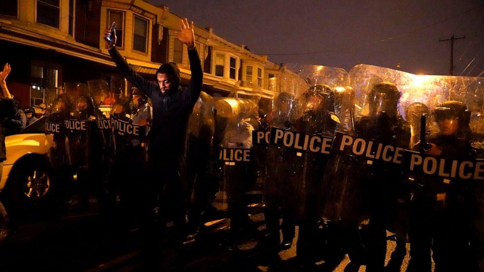 FOTO: Sharif Proctor hebt während eines Protestes als Reaktion auf die Erschießung von Walter Wallace Jr. am 26. Oktober 2020 in Philadelphia seine Hände vor die Polizeilinie.