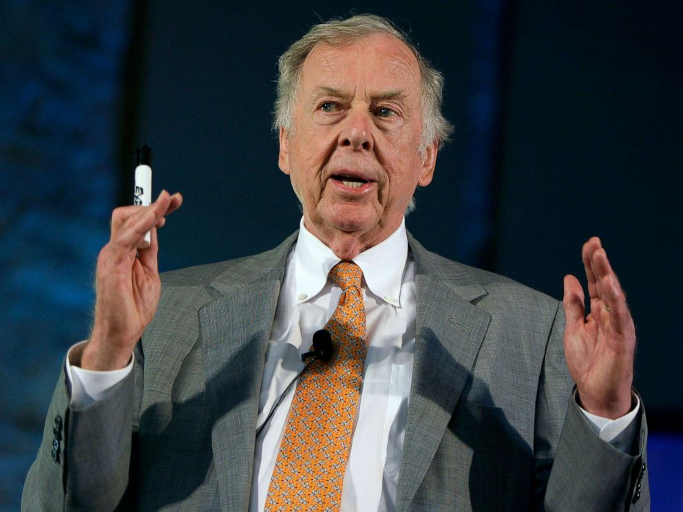 PHOTO: Oil and gas developer T. Boone Pickens addresses a town hall meeting on energy independence in Topeka, Kan., July 30, 2008.