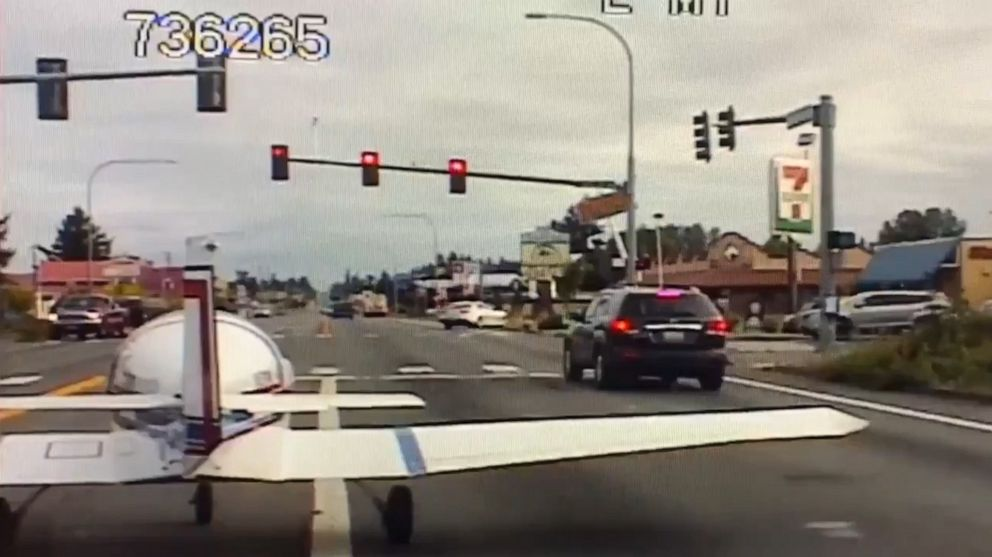 Dash cam captures moment pilot makes emergency landing on Washington highway