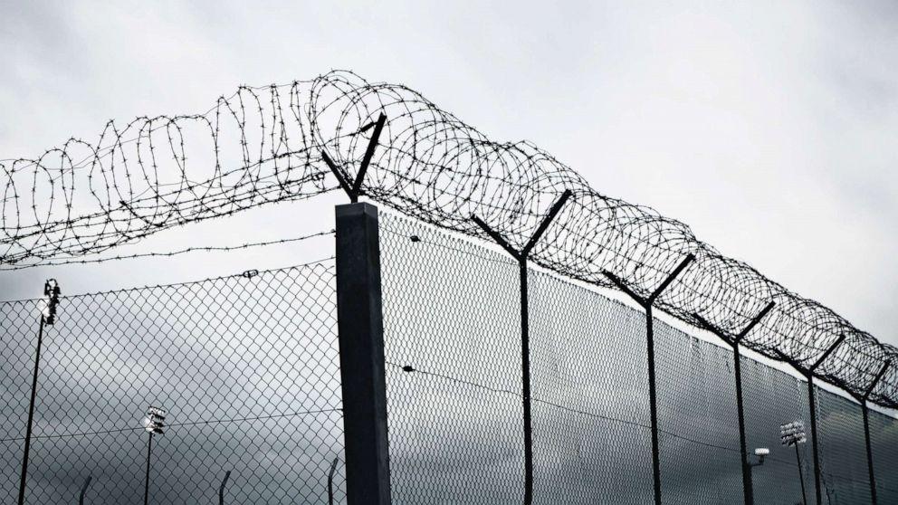 9 Insassen Schraube aus dem Gefängnis am gleichen Tag ein Gefangener positiv getestet coronavirus
