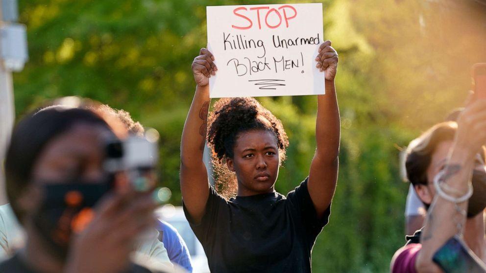 The North Carolina deputy shoots dead a black man while serving an order
