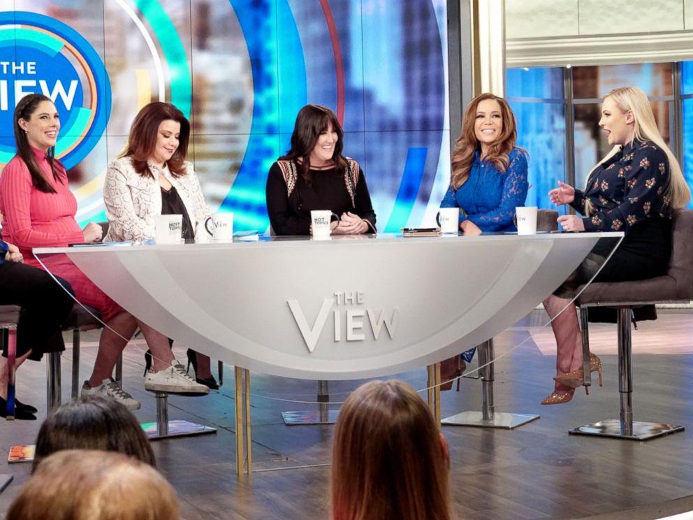 照片:Ricki Lake讨论了她已故丈夫自杀后的康复情况,并在2019年3月6日的The View上改变了精神疾病的耻辱感。