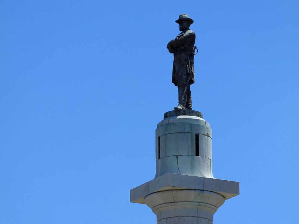 PHOTO: The Robert E. Lee Monument, located in Lee Circle in New Orleans, April 24, 2017.