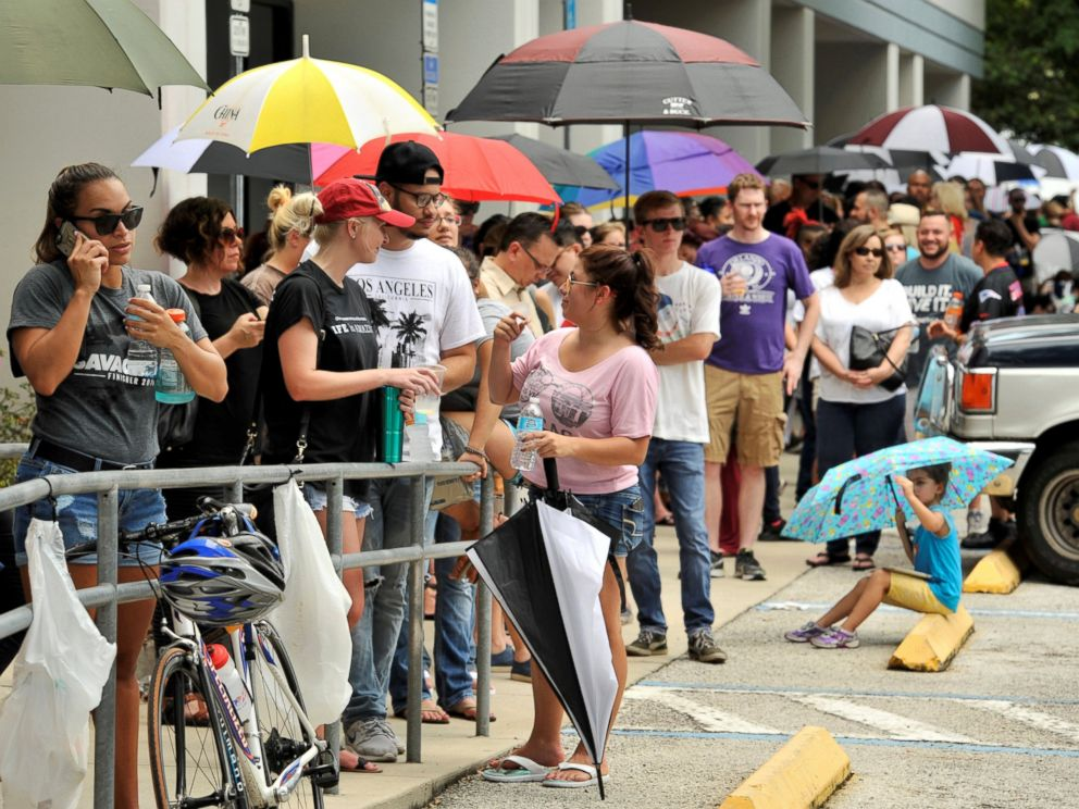 PHOTO: Hundreds of community members line up outside a clinic to donate blood after an early morning shooting attack at a gay nightclub in Orlando, Florida, June 12, 2016.