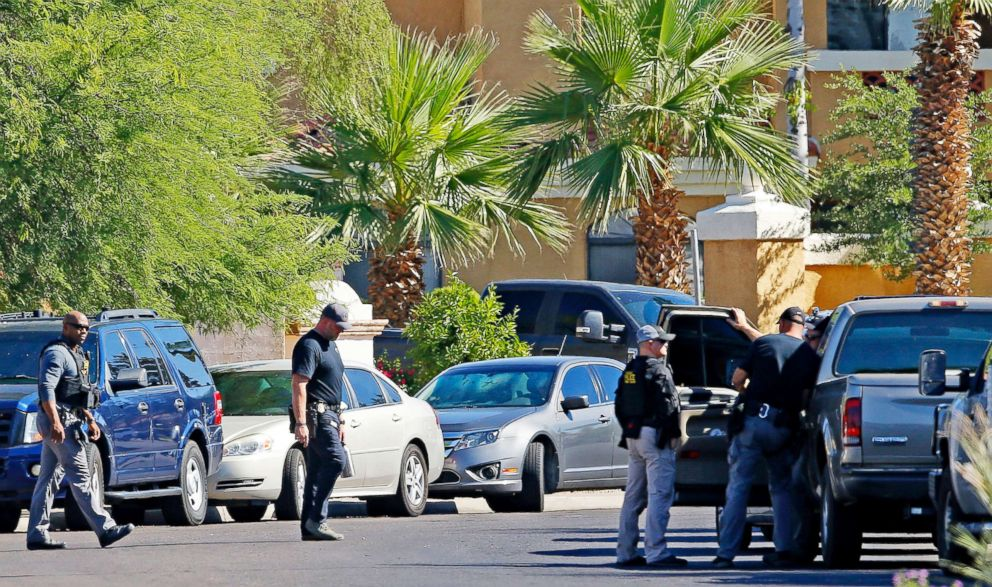 PHOTO: Police surround a hotel where a suspect wanted in multiple killings was staying in Scottsdale, Ariz., June 4, 2018.