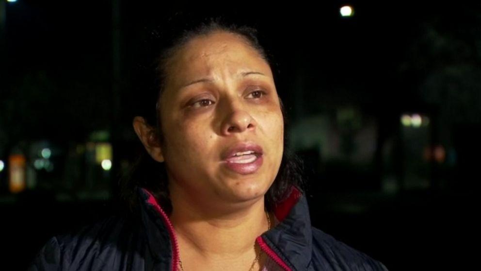 Junge in Handschellen von der Polizei während der Beschlagnahme, Erbrechen bei fast-food-restaurant