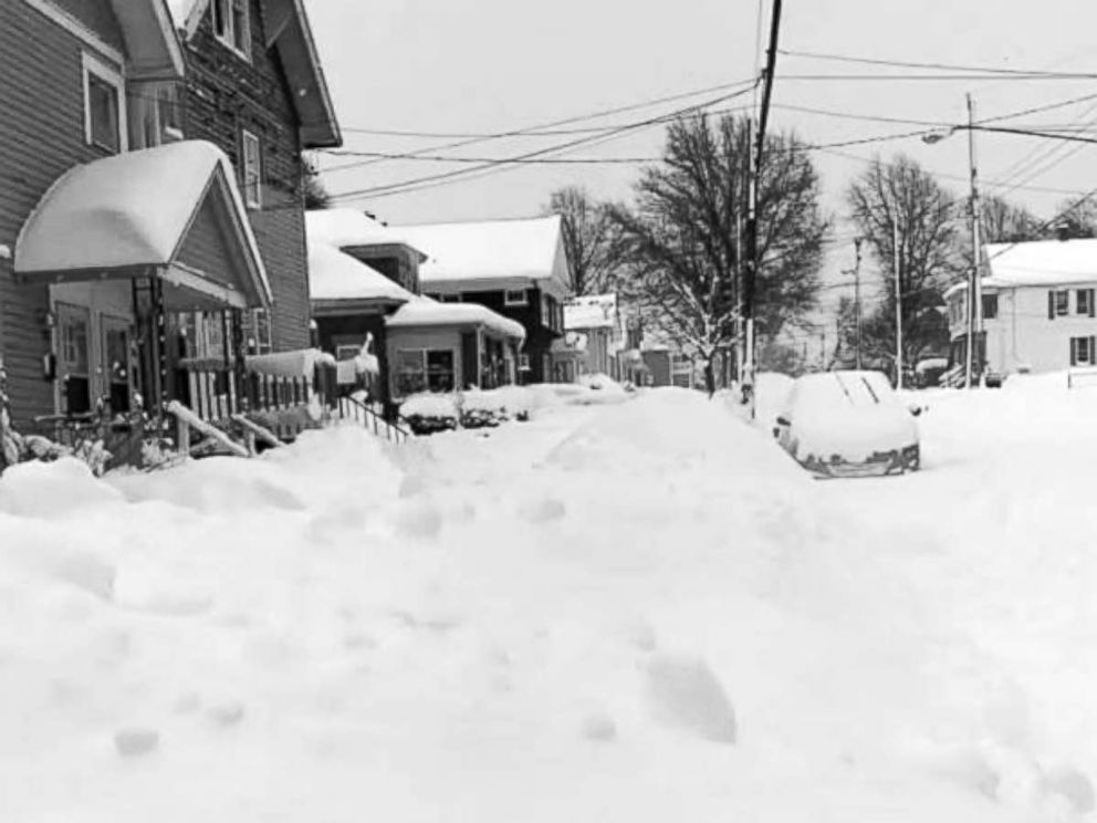 PHOTO: A record snowfall hits Erie, Pa., Dec. 27, 2017.