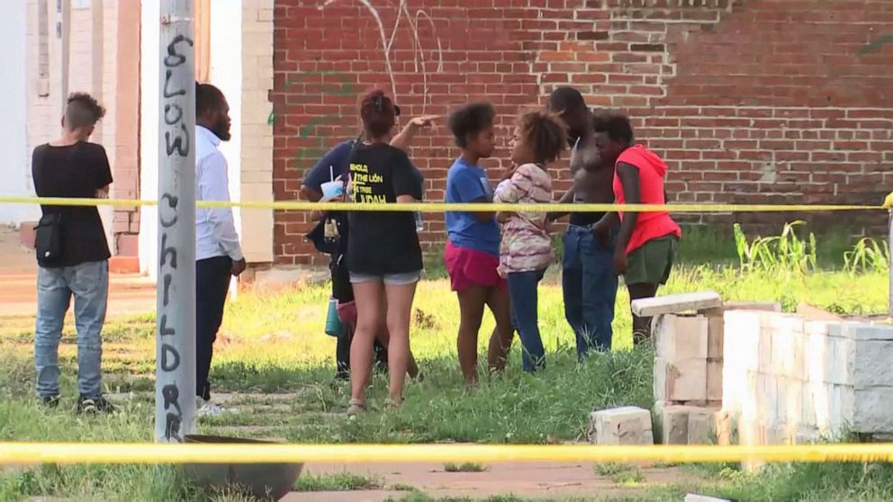 PHOTO: St. Louis police interview potential witnesses to the fatal shooting of 7-year-old Xavier Usanga on Aug. 12, 2019.