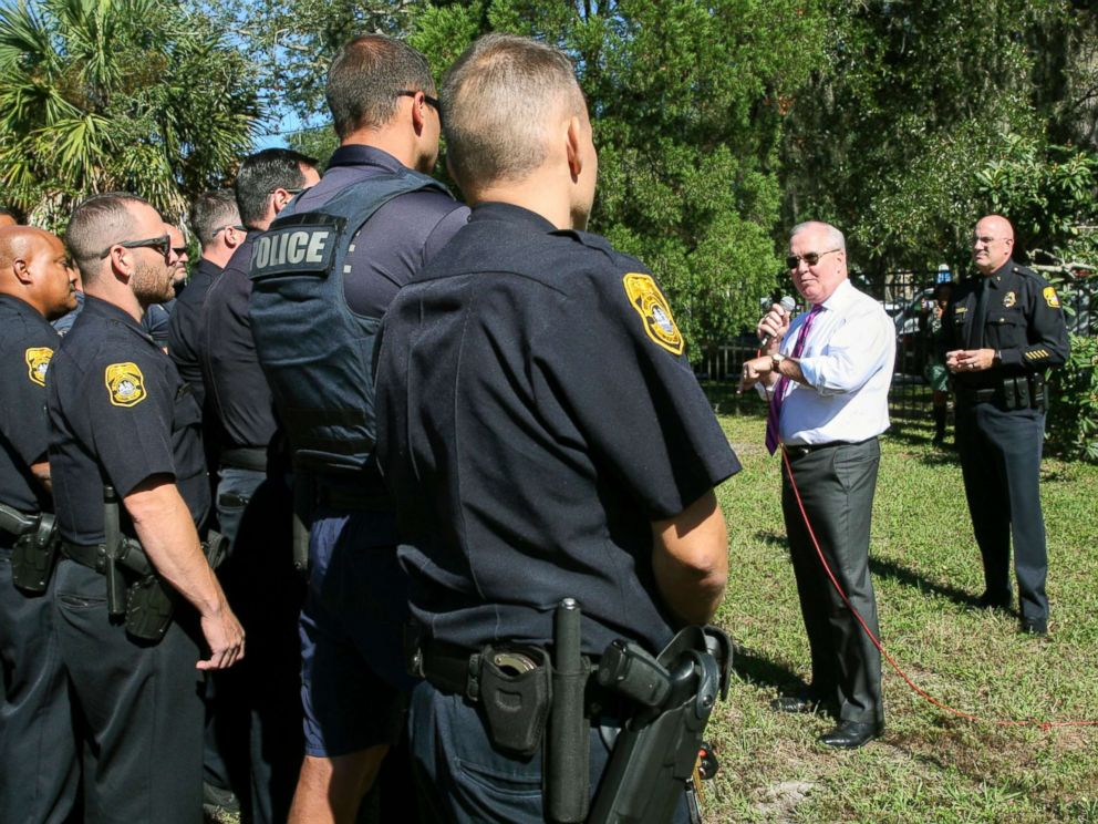 PHOTO: Mayor Bob Buckhorn, center right, addresses members of the Tampa Police Department while Interim Police Chief Brian Dugan, right, looks on during a roll call and press conference in the Seminole Heights neighborhood in Tampa, Fla., Oct. 25, 2017.