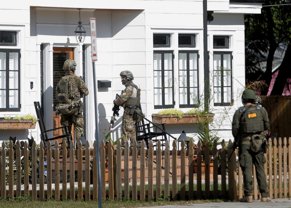 PHOTO: An FBI unit dressed in military uniforms joins the investigation on a fatal shooting in the Seminole Heights neighborhood in Tampa, Fla., Nov. 14, 2017.