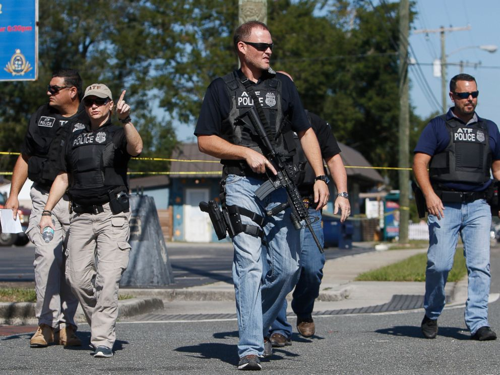 PHOTO: Members of the Tampa Police Department, Bureau of Alcohol, Tobacco, Firearms and Explosives and the Hillsborough County Sheriffs Office work the scene of a fatal shooting in the Seminole Heights neighborhood in Tampa, Fla., Nov. 14, 2017.