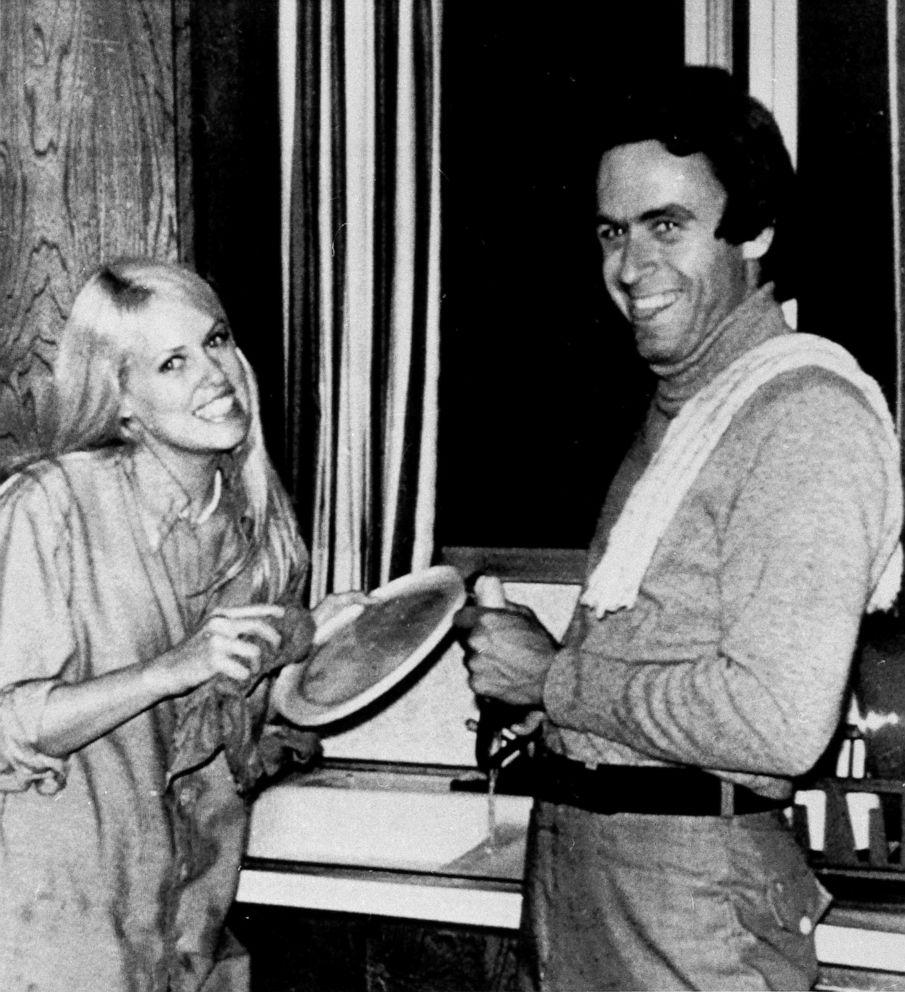 ФОТО: Тед Банди (справа) позирует для снимка с Кэрол Бартоломью, когда он помогал с посудой после вечеринки по случаю дня рождения в Солт-Лейк-Сити, штат Юта, в 1975 году.