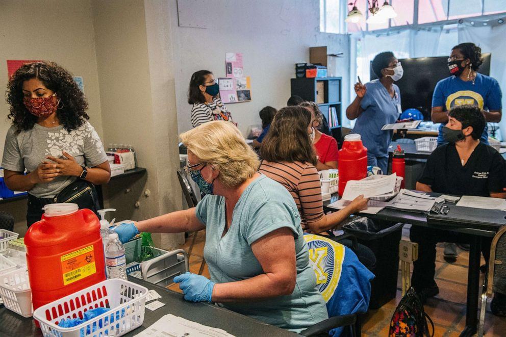 FOTO: Freiwillige Ärzte und Krankenschwestern bereiten sich am 19. Mai 13 in Houston, Texas, auf eine COVID-2021-Impfstoffklinik vor.